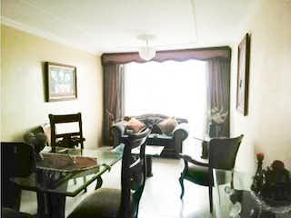 Un hombre sentado en un sofá en una sala de estar en Apartamento en Modelia, Modelia - 82mt, tres alcobas