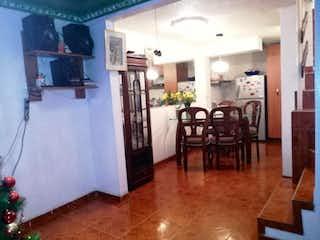 Una sala de estar llena de muebles y un suelo de madera en Conjunto Residencial Villa Alamos