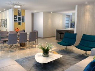 Una sala de estar llena de muebles y una mesa en Puerto Bari