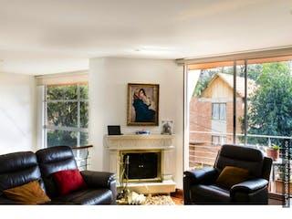 Una sala de estar llena de muebles y una chimenea en Casa en Bosque de Pinos, Usaquen - 240mt, tres alcobas, tres balcones