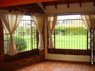 Un dormitorio con una gran ventana y cortinas en No aplica