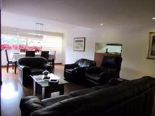 Una sala de estar llena de muebles y una televisión de pantalla plana en Vegas del Poblado