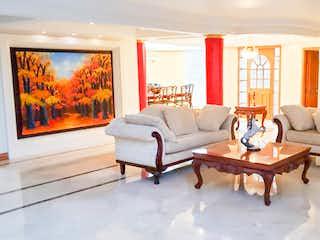 Una sala de estar llena de muebles y una televisión de pantalla plana en Casa en Las Lomas, Poblado, con 5 Habitaciones - 513 mt2.