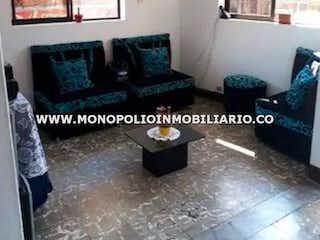 Una foto en blanco y negro de una sala de estar en Casa en Bello-San Martín El Ducado, con 3 Habitaciones - 80 mt2.