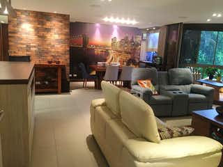 Una sala de estar llena de muebles y una televisión de pantalla plana en Apartamento en El Poblado,173 mts2-2 alcobas