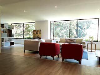 Una sala de estar llena de muebles y una gran ventana en EDIFICIO LOS ARRAYANES