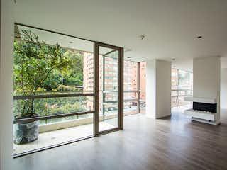 Una vista de una sala de estar con un gran ventanal en Apartamento en La Cabrera, Chico - Dos alcobas