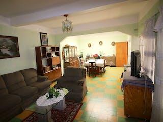 Una sala de estar llena de muebles y una chimenea en Santiago Norte
