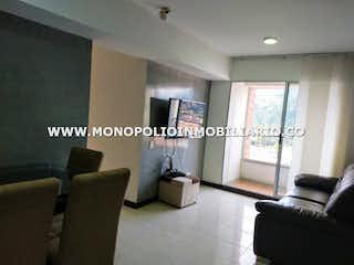 Una sala de estar llena de muebles y una ventana en PLAZA ARRAYANES 9