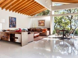 Una sala de estar llena de muebles y una lámpara de araña en Venta de casa residencial en Santa Fé, Álvaro Obregón,
