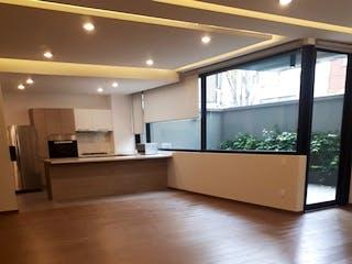 Una habitación con suelos de madera y grandes ventanales en Departamento en venta en Polanco, 166mt