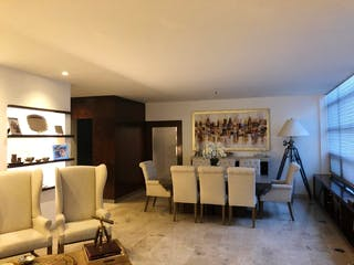 Una sala de estar llena de muebles y una televisión de pantalla plana en Departamento en venta en Lomas de Bezares, con terraza