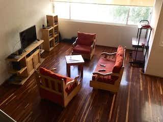 Una sala de estar llena de muebles y una televisión de pantalla plana en Departamento en venta en Anzures, 160 m2