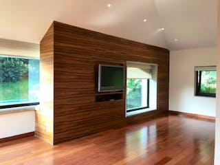 Una sala de estar llena de muebles y una televisión de pantalla plana en Casa en venta en Real de las Lomas, con amplio jardín