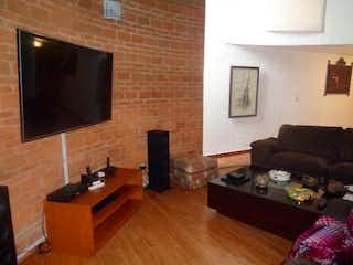 Una sala de estar llena de muebles y una televisión de pantalla plana en Casa en Venta en Cuajimalpa, 310 m2, con jardín