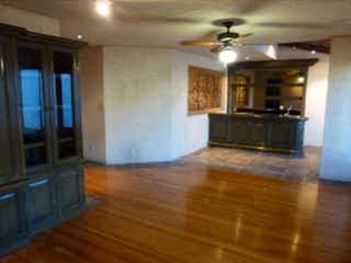 Una sala de estar llena de muebles y una chimenea en Casa en venta en Lomas de Vista Hermosa, 428 m2, en calle cerrada.