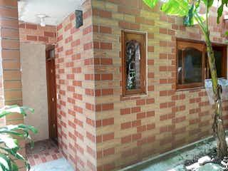 Un edificio de ladrillo con un letrero en la calle en Casa