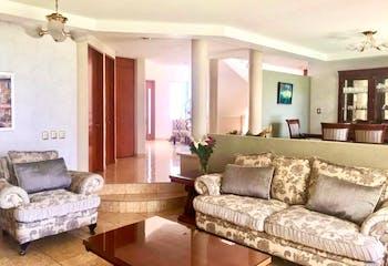 Casa en venta en Lomas del Valle Escondido con balcón.