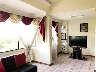 Una sala de estar llena de muebles y una televisión de pantalla plana en Apartamento En Venta En Medellin Belén Aeroparque