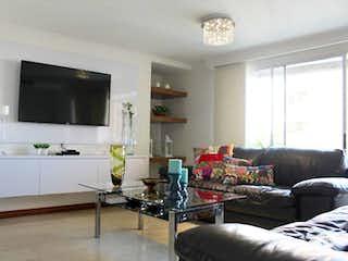 Una sala de estar llena de muebles y una televisión de pantalla plana en Apartamento En Venta En Medellin Laureles