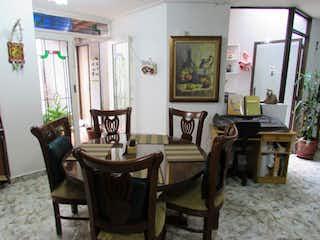 Una sala de estar llena de muebles y una mesa en Apartamento En Venta En Medellin Velódromo