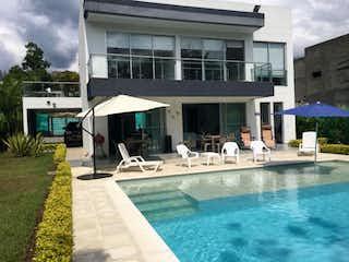 Un grupo de personas sentadas encima de una piscina en Casa