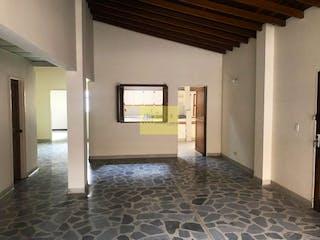 Una vista de una sala de estar con un gran ventanal en Apartamento en Laureles, Bolivariana - 167mt, cuatro alcobas, balcon
