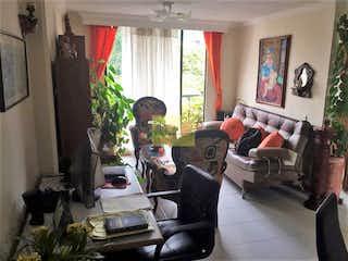 Un hombre sentado en un sofá en una sala de estar en -