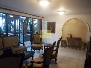 Una sala de estar llena de muebles y una lámpara de araña en ED.URBANAL SANTA TERESITA