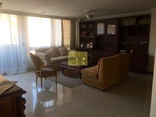 Una sala de estar llena de muebles y una ventana en Apartamento en Las Acacias, Laureles - 126mt, tres alcobas, balcon