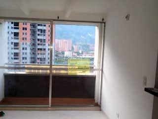 Un cuarto de baño con una ventana y una cortina de ducha en -