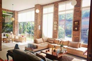 Casa en El Esmeraldal, Envigado - 290mt, tres niveles, tres alcobas