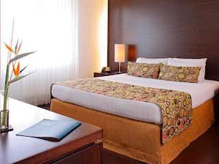 Una habitación de hotel con dos camas en ella en Apartaestudio En Venta En Medellin El Poblado - Milla De Oro