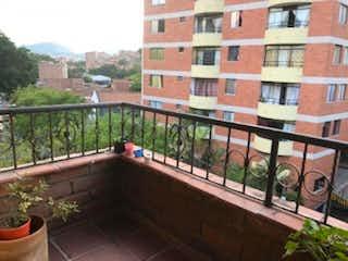 Un gran edificio de ladrillo con un banco en él en Apartamento En Venta En Medellin Calasanz