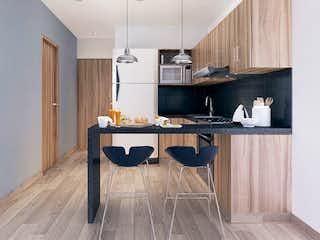 Una cocina con suelos de madera y armarios de madera en Kisa