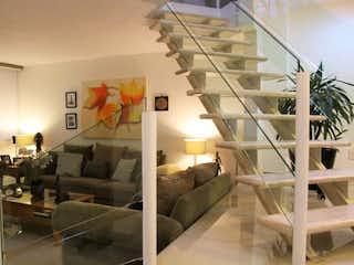 Una sala de estar llena de muebles y una chimenea en Casa en venta en Col. Haciendas de Coyoacán