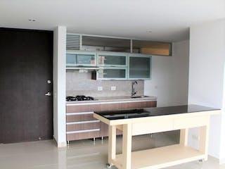 Cocina con fogones y microondas en Apartamento En Venta En Sabaneta Aves Maria