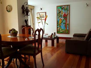 Una sala de estar llena de muebles y una mesa en -