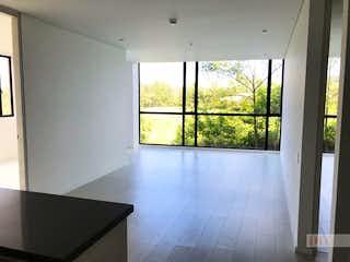Una vista de una sala de estar desde una ventana en -