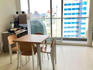 Una mesa y sillas en una habitación pequeña en Venta de Apartaestudio en Torre Bacatá (Centro)