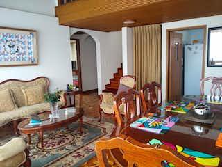 Una sala de estar llena de muebles y una ventana en Chaparro