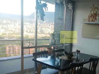 Una habitación con una mesa y sillas y una ventana en Apartamento en Rodeo Alto-Belén, con 3 Habitaciones - 64 mt2.