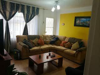 Una sala de estar llena de muebles y una televisión de pantalla plana en  Casa en Suba Rincón-Suba, con 3 Habitaciones - 104 mt2.