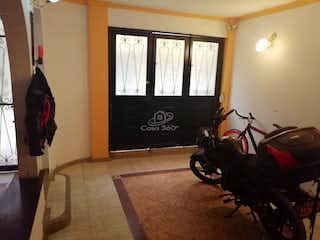 Una sala de estar llena de muebles y una ventana en Casa en Sabana de Tibabuyes-Suba, con 3 Habitaciones - 60 mt2.