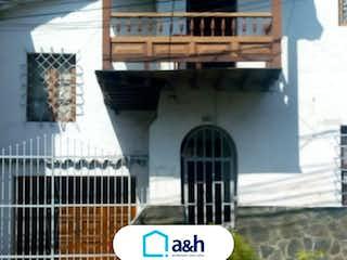Un parquímetro delante de un edificio en Casa En Venta En Medellin Prado Centro