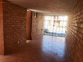 Un baño con suelo de baldosa y una ventana en JARDINES DE LA CATOLICA