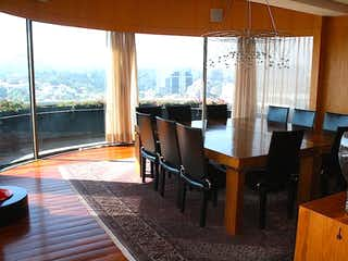 Una sala de estar llena de muebles y una ventana en  Penthouse en venta en Jardines en la Montaña de 610mt2