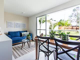 Una sala de estar llena de muebles y una gran ventana en Olivar