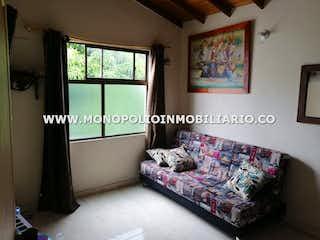 Una sala de estar llena de muebles y una ventana en Casa en Belén Centro-Belén, con 3 Habitaciones - 115 mt2.