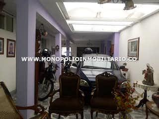Una habitación llena de muebles y un reloj en Casa en Fátima-Belén, con 4 Habitaciones - 230 mt2.